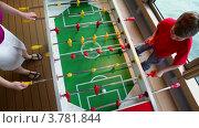 Купить «Сын играет в настольный футбол с матерью, вид сверху», видеоролик № 3781844, снято 15 июня 2012 г. (c) Losevsky Pavel / Фотобанк Лори