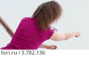 Купить «Енщина держит за веревку летящего змея», видеоролик № 3782136, снято 1 июля 2012 г. (c) Losevsky Pavel / Фотобанк Лори