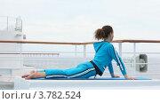 Купить «Женщина занимается гомнастикой на палубе корабля», видеоролик № 3782524, снято 3 июня 2012 г. (c) Losevsky Pavel / Фотобанк Лори
