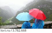 Купить «Мама с сыном под зонтами любуются пейзажем», видеоролик № 3782668, снято 5 июня 2012 г. (c) Losevsky Pavel / Фотобанк Лори