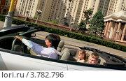 Купить «Семья едет в кабриолете на фоне архитектурного ансамбля», видеоролик № 3782796, снято 27 апреля 2012 г. (c) Losevsky Pavel / Фотобанк Лори