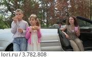 Купить «Дети едят хлеб и пьют воду, родители сидят в кабриолете», видеоролик № 3782808, снято 27 апреля 2012 г. (c) Losevsky Pavel / Фотобанк Лори