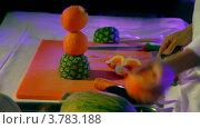 Купить «Кок разделывает апельсин и создает фруктовую статуэтку на конкурсе», видеоролик № 3783188, снято 17 мая 2012 г. (c) Losevsky Pavel / Фотобанк Лори