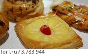 Купить «Несколько булочек и пирожных на блюде, крупным планом вид в движении», видеоролик № 3783944, снято 15 июля 2012 г. (c) Losevsky Pavel / Фотобанк Лори