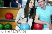Купить «Молодой человек с девушкой сидят и говорят в боулинг клубе,  вид крупным планом», видеоролик № 3784108, снято 7 апреля 2012 г. (c) Losevsky Pavel / Фотобанк Лори