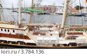 Купить «Люди ходят на причале возле парусных судов на регате», видеоролик № 3784136, снято 21 июля 2012 г. (c) Losevsky Pavel / Фотобанк Лори