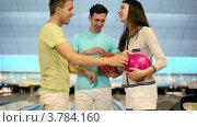 Купить «Трое студентов игратют в боулинг, парень бросает мяч и промахивается», видеоролик № 3784160, снято 7 апреля 2012 г. (c) Losevsky Pavel / Фотобанк Лори