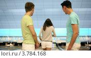 Купить «Трое студентов играют в боулинг, девушка делает хороший бросок», видеоролик № 3784168, снято 7 апреля 2012 г. (c) Losevsky Pavel / Фотобанк Лори