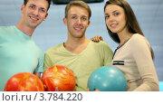 Купить «Студенты держат боулинг шары и улыбаются, вид крупным планом», видеоролик № 3784220, снято 7 апреля 2012 г. (c) Losevsky Pavel / Фотобанк Лори