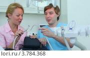 Купить «Стоматологи в кабинете», видеоролик № 3784368, снято 26 июля 2012 г. (c) Losevsky Pavel / Фотобанк Лори