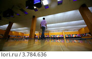 Купить «Человек бросает шар для боулинга», видеоролик № 3784636, снято 28 марта 2012 г. (c) Losevsky Pavel / Фотобанк Лори