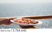 Купить «Руки держат тарелку с морепродуктами на фоне моря», видеоролик № 3784640, снято 28 июня 2012 г. (c) Losevsky Pavel / Фотобанк Лори