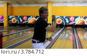 Купить «Юноша бросил шар для боулинга и доволен броском», видеоролик № 3784712, снято 3 апреля 2012 г. (c) Losevsky Pavel / Фотобанк Лори