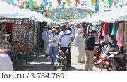 Купить «Люди выбирают одежду и сувениры на рынке», видеоролик № 3784760, снято 11 июля 2012 г. (c) Losevsky Pavel / Фотобанк Лори