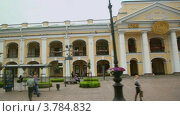 Купить «Жители ходят по асфальту возле Гостинного Двора на Невском проспекте», видеоролик № 3784832, снято 27 июня 2012 г. (c) Losevsky Pavel / Фотобанк Лори
