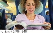 Купить «Молодая женщина читает книгу в поезде», видеоролик № 3784848, снято 29 июня 2012 г. (c) Losevsky Pavel / Фотобанк Лори