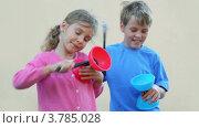 Купить «Дети играют на детских барабанах», видеоролик № 3785028, снято 18 июля 2012 г. (c) Losevsky Pavel / Фотобанк Лори