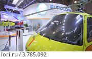 Купить «Вертолет ЮТэйр на международной выставке», видеоролик № 3785092, снято 30 июля 2012 г. (c) Losevsky Pavel / Фотобанк Лори