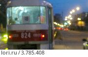 Купить «Трамваи ходят в середине шоссе среди  автомобилей вечером, таймлапс», видеоролик № 3785408, снято 8 июня 2012 г. (c) Losevsky Pavel / Фотобанк Лори
