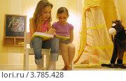 Купить «Две девочки читают книгу около игрушечной лошади в игровой комнате, таймлапс», видеоролик № 3785428, снято 26 апреля 2012 г. (c) Losevsky Pavel / Фотобанк Лори