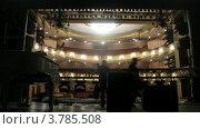 Купить «Рабочие устанавливать оборудование освещения на сцене театра, таймлапс», видеоролик № 3785508, снято 7 июня 2012 г. (c) Losevsky Pavel / Фотобанк Лори