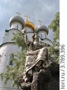 Купить «Скульптура ангела на фоне Смоленского собора. Новодевичий монастырь. Москва», эксклюзивное фото № 3789396, снято 7 июля 2012 г. (c) lana1501 / Фотобанк Лори