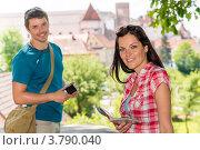 Влюбленная пара с картой и камерой во время прогулки. Стоковое фото, фотограф CandyBox Images / Фотобанк Лори