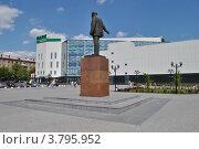 Купить «Памятник В. И. Ленину, торгово-развлекательный центр «Парк Плаза» на Центральной площади города Электростали. Московская область», эксклюзивное фото № 3795952, снято 1 июля 2012 г. (c) lana1501 / Фотобанк Лори