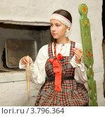 Купить «Девушка в сарафане прядет на старинной прялке», фото № 3796364, снято 31 августа 2012 г. (c) Александр Новиков / Фотобанк Лори