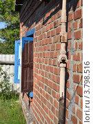 Газовая труба с краном у стены дома. Стоковое фото, фотограф Роман Коваленко / Фотобанк Лори