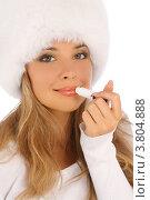 Купить «Блондинка в белой меховой шапке красит губы помадой», фото № 3804888, снято 20 июля 2012 г. (c) Tatjana Romanova / Фотобанк Лори