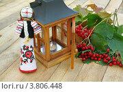 """Традиционная украинская кукла-оберег """"мотанка"""", фонарь с горящей свечой и ветка калины. Стоковое фото, фотограф Олеся Сарычева / Фотобанк Лори"""