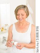 Купить «Красивая пожилая женщина наносит очищающее средство на ватный диск», фото № 3808916, снято 30 мая 2012 г. (c) CandyBox Images / Фотобанк Лори