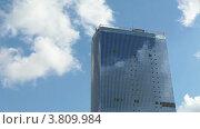 Купить «Высотка на фоне синего неба с плывущими облаками. Ускоренная съемка», видеоролик № 3809984, снято 5 сентября 2012 г. (c) Кекяляйнен Андрей / Фотобанк Лори