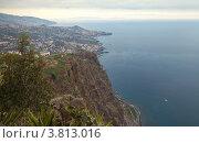 Купить «Португалия. Остров Мадейра. Вид на океан и пригороды Фуншала со скалы Кабу-Жирау (Cabo Girao) - второй по высоте в Европе морской скале 589м», фото № 3813016, снято 27 декабря 2011 г. (c) Виктория Катьянова / Фотобанк Лори