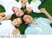 Семья с двумя детьми лежит на траве, вид сверху. Стоковое фото, фотограф Ирина Смирнова / Фотобанк Лори