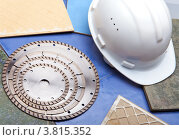 Алмазные диски для резки строительных материалов и защитная строительная каска. Стоковое фото, фотограф Куликов Константин / Фотобанк Лори