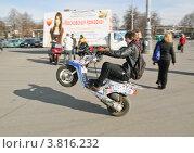 Купить «Трюкач на скутере», эксклюзивное фото № 3816232, снято 21 апреля 2011 г. (c) Алёшина Оксана / Фотобанк Лори