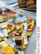 Купить «Витрина с пирожными в кафе», фото № 3825624, снято 28 июля 2012 г. (c) CandyBox Images / Фотобанк Лори