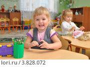 Купить «Довольный ребенок за столом», эксклюзивное фото № 3828072, снято 7 сентября 2012 г. (c) Вячеслав Палес / Фотобанк Лори