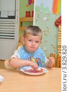 Купить «Ребенок ясельной группы во время обеда», эксклюзивное фото № 3829820, снято 7 сентября 2012 г. (c) Вячеслав Палес / Фотобанк Лори