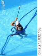 Уборка бассейна. Стоковое фото, фотограф Марат Сафаров / Фотобанк Лори