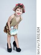 Маленькая смешная девочка, одетая как домохозяйка с тысячными купюрами. Стоковое фото, фотограф Масюк Светлана / Фотобанк Лори