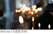 Купить «Русская православная церковь. Горящие свечи на подсвечнике», видеоролик № 3835516, снято 14 сентября 2012 г. (c) Mikhail Erguine / Фотобанк Лори