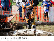 Купить «У cпортсмена порвалась цепь на квадроцикле во время прохождения трассы на гонках по Кантри Кроссу», эксклюзивное фото № 3839692, снято 8 сентября 2012 г. (c) Николай Винокуров / Фотобанк Лори