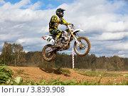 Прыжок на мотоцикле на соревнованиях по Кантри Кроссу (2012 год). Редакционное фото, фотограф Николай Винокуров / Фотобанк Лори