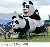 Автоэкзотика 2012 - большие панды-игрушки занимаются любовью на лужайке. Редакционное фото, фотограф Полина Пчелова / Фотобанк Лори