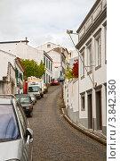 Купить «Узкая улица с припаркованными машинами», фото № 3842360, снято 4 мая 2012 г. (c) Юлия Бабкина / Фотобанк Лори