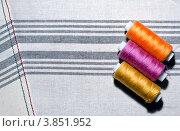 Три катушки ниток на полосатой ткани. Стоковое фото, фотограф Владислав Сернов / Фотобанк Лори