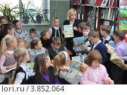 Купить «Дети с учителем в библиотеке», эксклюзивное фото № 3852064, снято 19 сентября 2012 г. (c) Вячеслав Палес / Фотобанк Лори